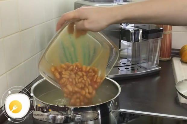 Самое время выкладывать в бульон с картофелем фасоль.