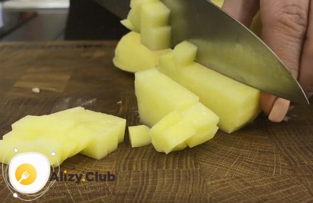 Картофель нарезаем маленькими кубиками.