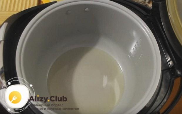 В чашу мультиварки наливаем растительное масло.