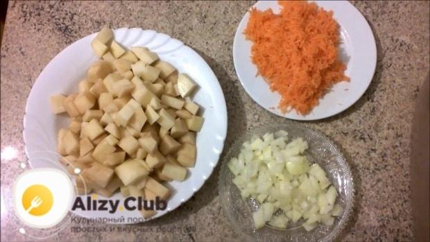 Лук и картошку и мелко порезать