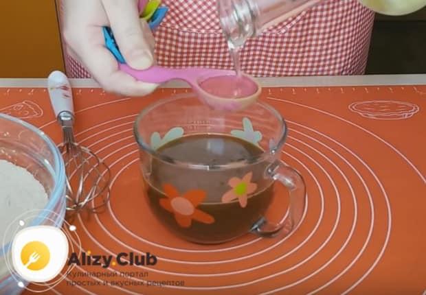 В чашу к растворимому кофе добавляем растительное масло.