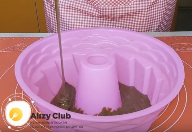 Если вы используете этот рецепт для выпечки кекса без яиц в микроволновке, лучше всего пользоваться силиконовой формой.