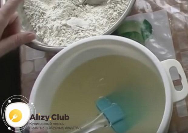 После добавления воды важно тщательно перемешать массу, чтобы сахар растворился.