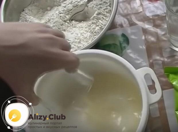 Чтобы приготовить постный кекс с вишней, соединяем в удобной глубокой посуде сахар и растительное масло.