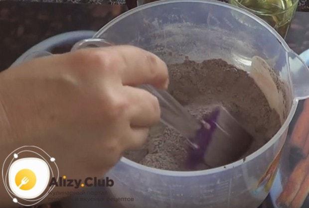 Сахар, муку, какао и разрыхлитель хорошо перемешиваем.