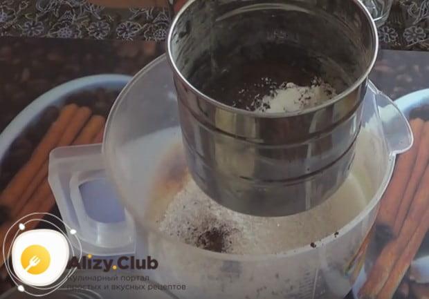 Чтобы приготовить постный кекс в мультиварке, сначала перемешиваем сухие компоненты.
