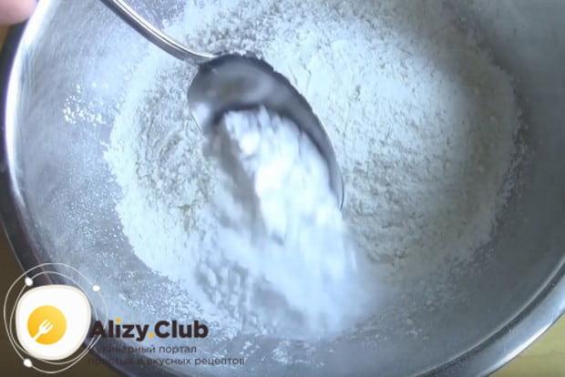Муку перемешиваем с сахаром, крахмалом и разрыхлителем.
