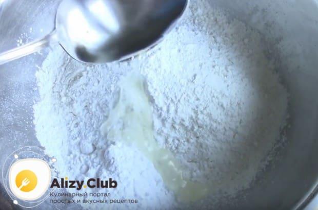 Добавляем к сухим компонентам растительное масло.