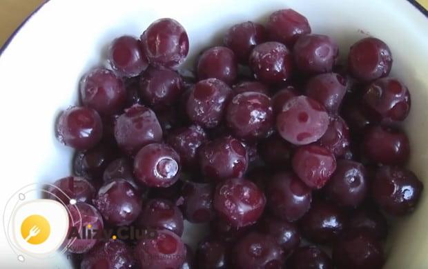 Для начинки можно использовать как свежие, так и замороженные вишни.
