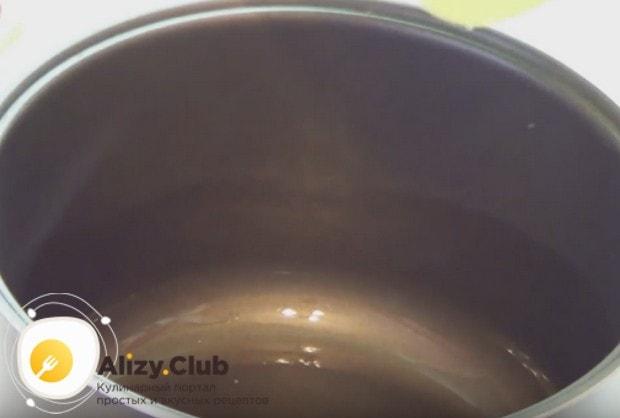 Чашу мультиварки смажем растительным маслом.