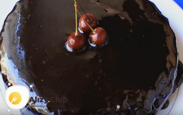 Постный шоколадный пирог с вишней можно украсить несколькими свежими ягодами.