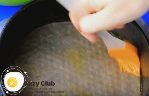 Форму, в которой будем выпекать изделие, застилаем пергаментом и смазываем растительным маслом.