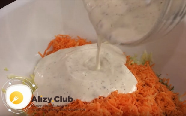 заправляем салат сметанной заправкой