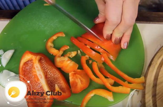 болгарский перец нарезаем соломкой