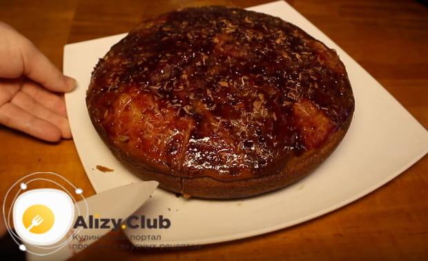 Готовый пирог с вишневым вареньем приготовленный в мультиварке
