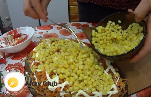 выкладываем консервированную кукурузу