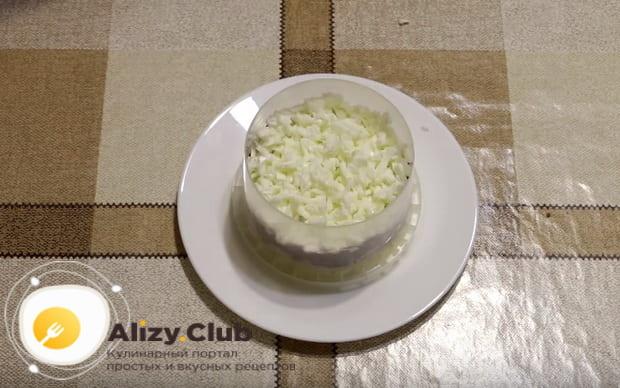 Готовим слойный салат из говяжьей печени и с маринованным луком по пошаговой фото инструкции