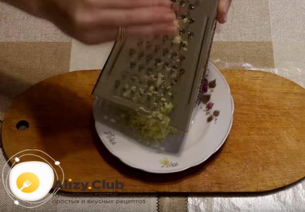 отваренный картофель натираем на крупной терке