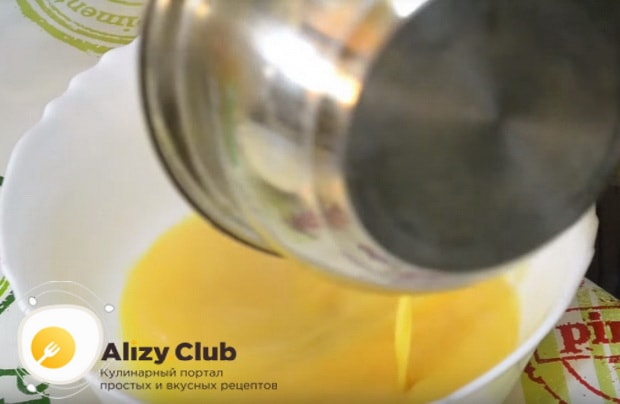 добавляем растопленное сливочное масло