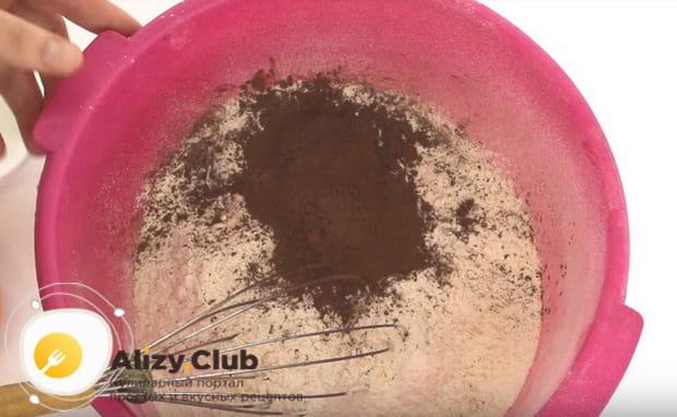смешиваем муку и какао