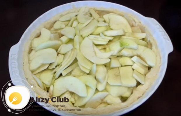 На тесто выкладываем порезанные яблоки