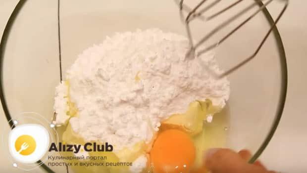 Смешиваем яйцо с маслом и мукой