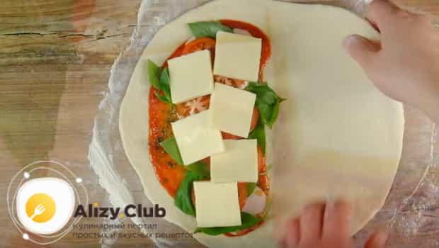 Сверху кладем сыр моцарелла