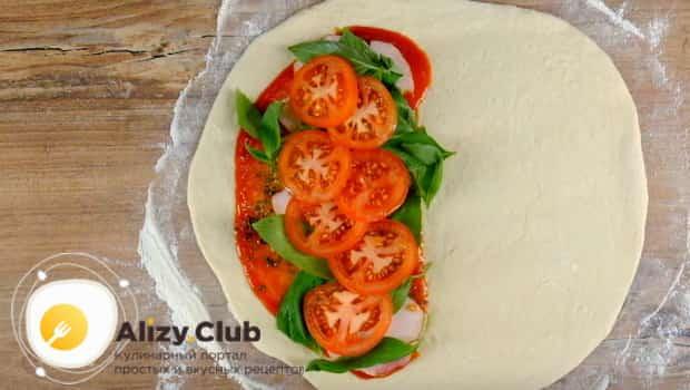 Кладем на тесто помидоры и зелень