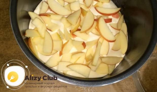 Для приготовления яблочного пирога в мультиварке выложите тесто в чашу и сверху положите яблоки.