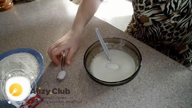 Для приготовления дрожжевого теста для пирожков, добавьте в тесто сахар.