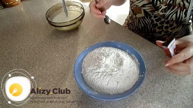 Для приготовления дрожжевого теста для пирожков, добавьте в тесто муку.