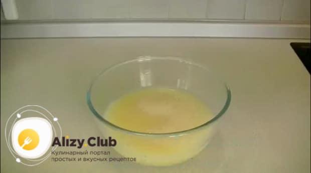 По рецепту для приготовления пышных блинов с дырочками на сыворотке, соедините жидкие ингредиенты.