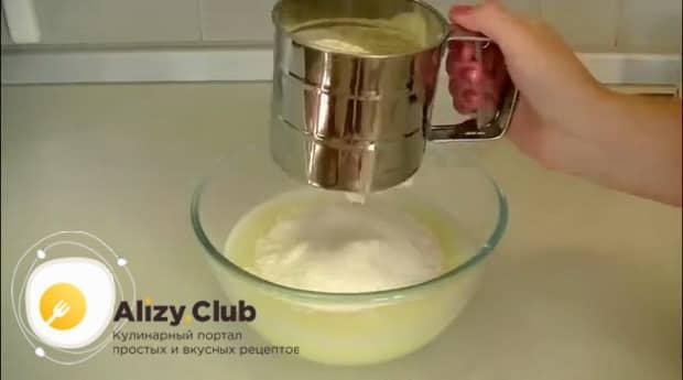 По рецепту для приготовления пышных блинов с дырочками на сыворотке, добавьте муку.