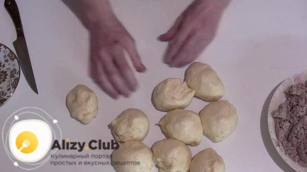 Берем тесто и делим на части, весом примерно по 100 грамм каждая