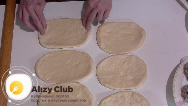 Покрываем противень пергаментной бумагой, наливаем 30-35 грамм растительного масла