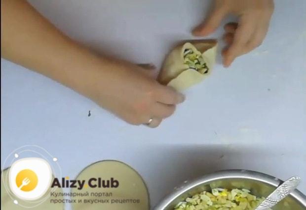 В центр подготовленной лепешки выкладываем начинку