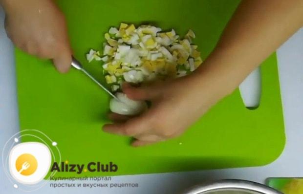 На конфорку ставим сковороду и растапливаем 30 грамм сливочного масла