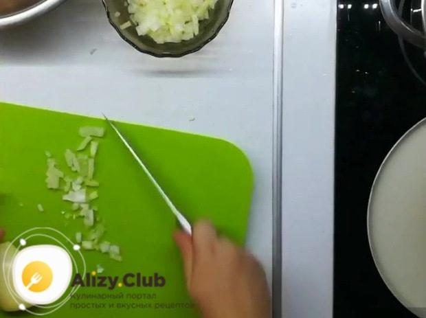 Мелкими кубиками нарезаем одну луковицу
