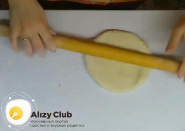 На рабочую поверхность насыпаем 50 грамм муки, берем тесто и делим его на равные части