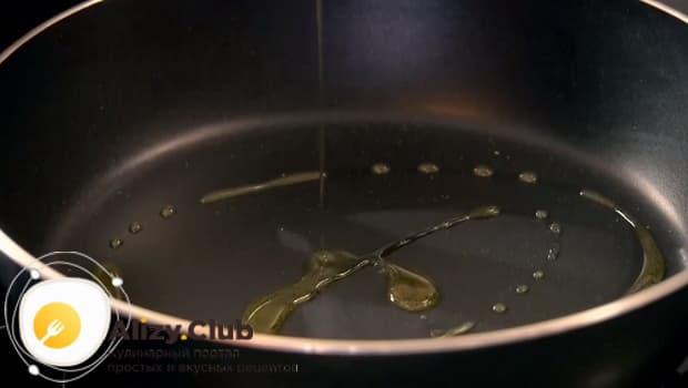 Ставим сковородку на огонь и добавляем немного оливкового масла