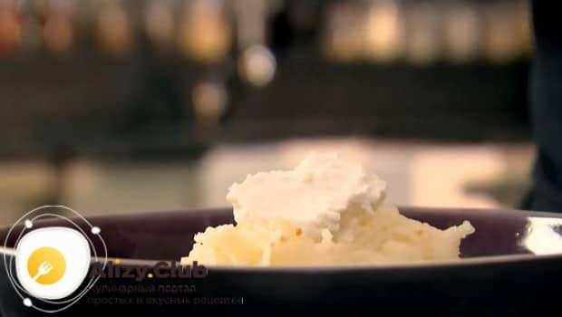 К картофелю добавляем сыр