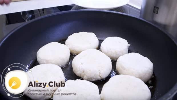 Выкладываем биточки на сковородку и обжариваем