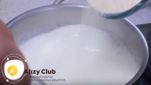 В кипящее молоко всыпать манку