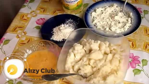 Подготавливаем ингредиенты для манных биточков