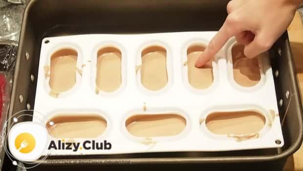 Шоколадную массу выкладываем в формочки