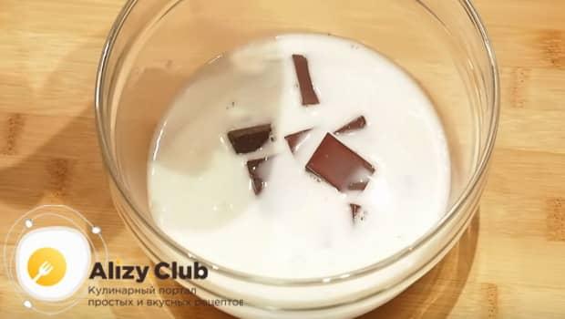 Берем молоко и шоколад и ставим на плиту.
