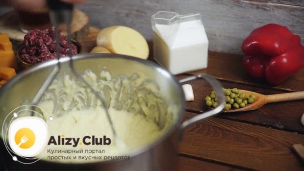 Для приготовления пастушьего пирога приготовьте картофельное пюре.