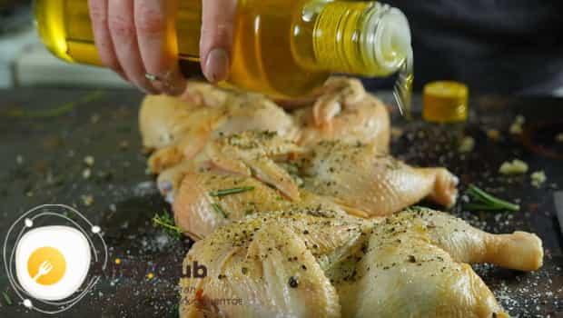 Добавляем в курицу приправы и подсолнечное масло