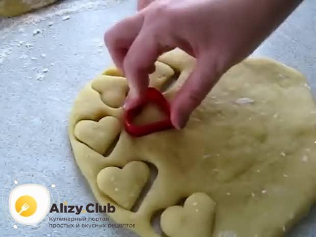 По рецепту, для приготовления печенья на огуречном рассоле, с помощью формочек приготовьте заготовки из теста.