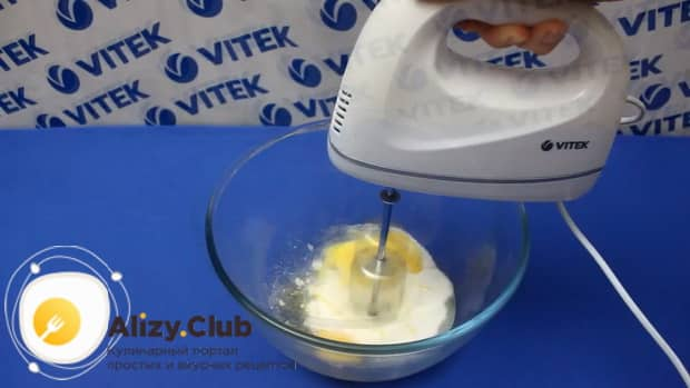 Для приготовления бананового пирога по простому рецепту взбейте яйца с сахаром.